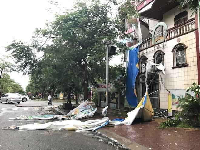 Nghệ An: Tan hoang sau bão, cây xanh bật gốc đè ô tô, người dân chặt cây tìm đường vào nhà - Ảnh 10.