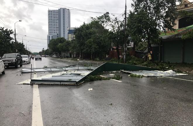 Nghệ An: Tan hoang sau bão, cây xanh bật gốc đè ô tô, người dân chặt cây tìm đường vào nhà - Ảnh 11.
