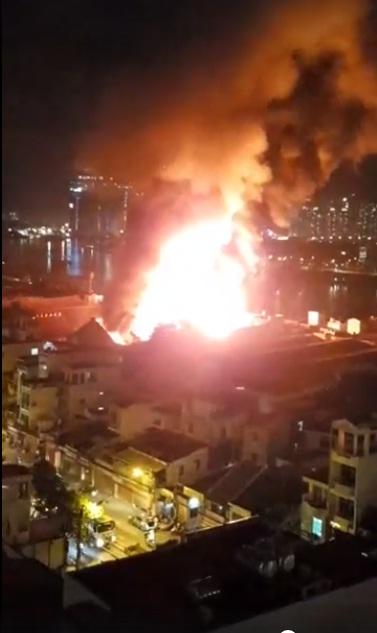 Cháy dữ dội gần Cảng Sài Gòn, khói và lửa bốc cao hàng chục mét kèm tiếng nổ lớn - Ảnh 10.