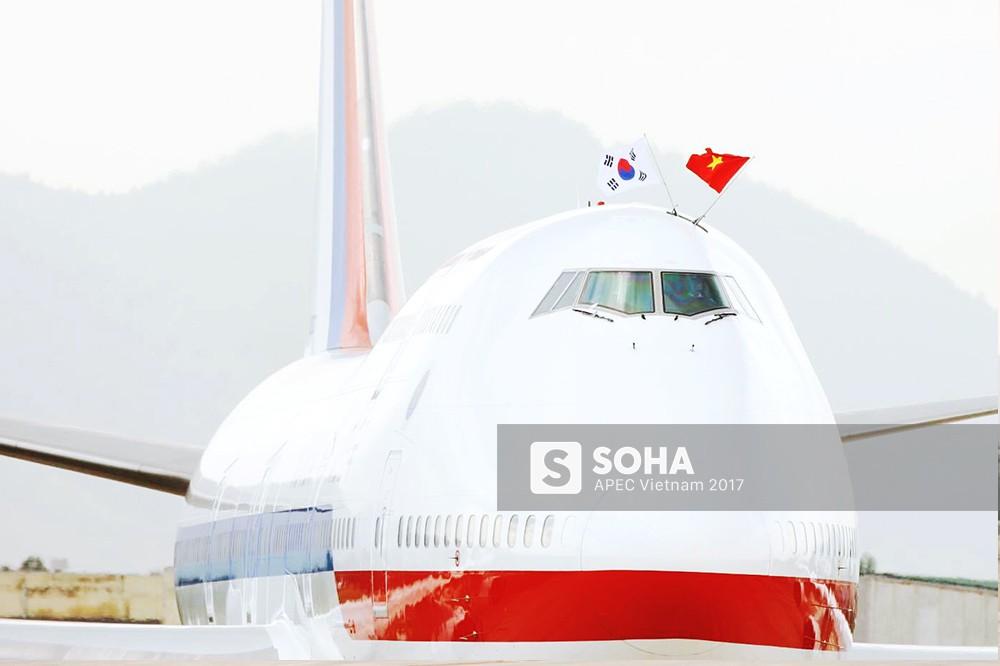 Đoàn đại biểu Hàn Quốc tới Đà Nẵng, cờ Việt Nam gắn trên máy bay