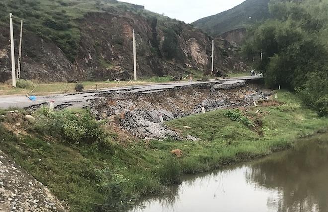 Con đường 68 tỷ ở Nghệ An: Sáng đi thấy một vết nứt, chiều về không thấy đường đâu nữa - Ảnh 2.