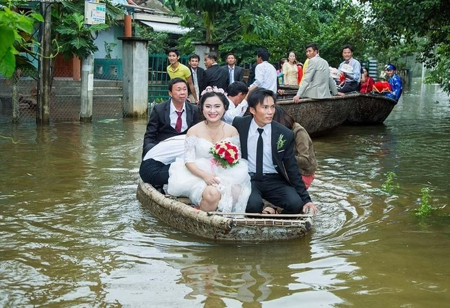 Quảng Trị: Nhà trai xắn quần, cắp dép vượt lũ đi đón dâu ngày mưa bão - Ảnh 19.