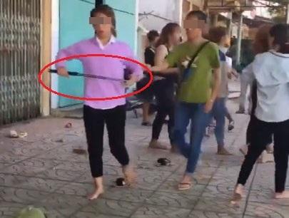 Hai nhóm nữ sinh cầm hung khí lao vào đánh nhau ngay trước cổng trường - Ảnh 1.