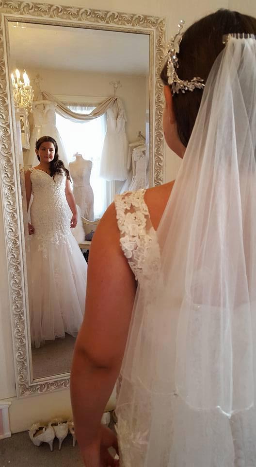 Bố mẹ yêu cầu hai cô con gái 8 và 12 tuổi mặc váy cưới chụp ảnh vì một lý do sẽ khiến ta bật khóc - Ảnh 2.