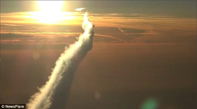Hiếm có: Boeing 787 nhả cả thác mây khổng lồ trên bầu trời Nga - Ảnh 3.