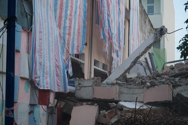 Tháo dỡ trụ sở ngân hàng khiến cả dãy tường trường mầm non đổ sập - Ảnh 2.