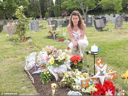 Tấm bia đặc biệt trên mộ con đột ngột biến mất, bà mẹ sững sờ khi tìm ra lý do - Ảnh 2.