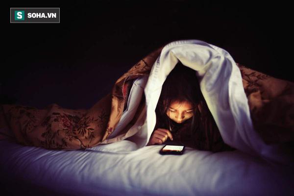 Chỉ 1 phút làm việc này, bạn sẽ khó ngủ trong 1 giờ: Hại như thế nhưng hầu như ai cũng làm - Ảnh 2.