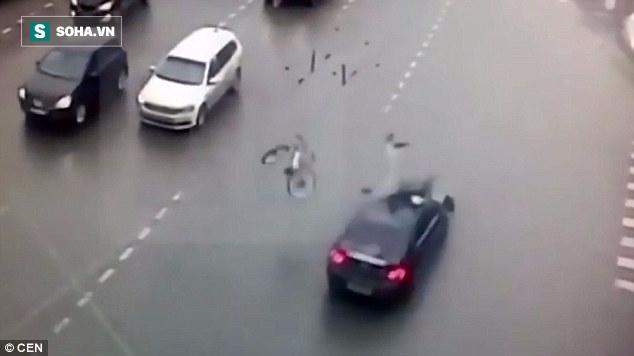 Tuyệt đỉnh kungfu giúp người đi xe đạp thoát chết thần kỳ sau cú va chạm với xe hơi - Ảnh 2.