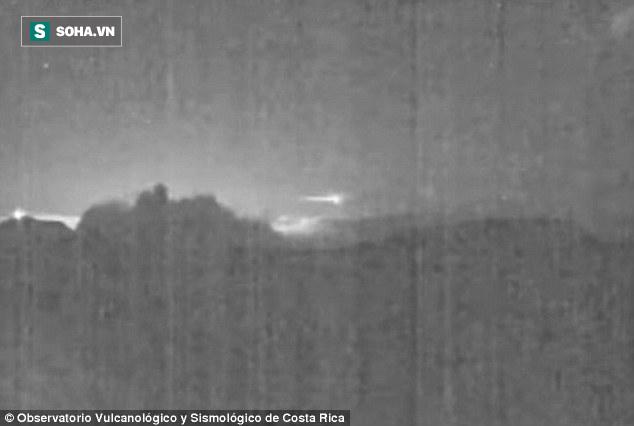 Chộp được UFO kỳ lạ xuất hiện đúng lúc núi lửa phun trào mạnh ở Mexico - Ảnh 1.