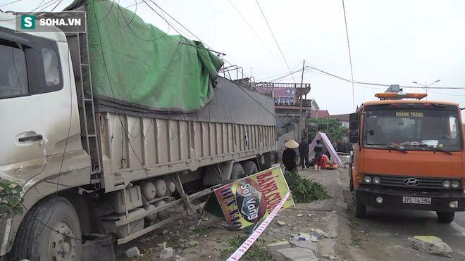 Xe tải đâm chết một phụ nữ rồi tông sập nhà dân - Ảnh 3.