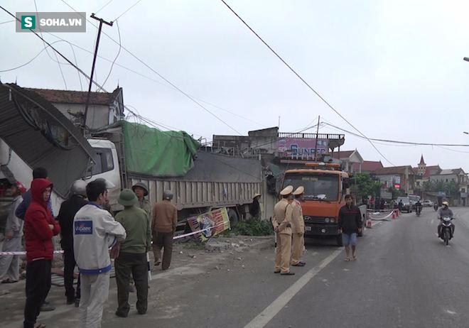 Xe tải đâm chết một phụ nữ rồi tông sập nhà dân - Ảnh 1.