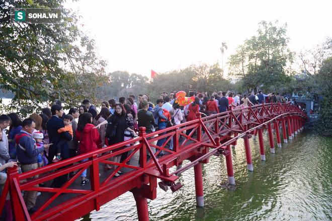 Biển người đổ về Hồ Gươm trong ngày đầu tiên của năm mới - Ảnh 14.