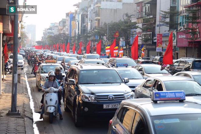 Nhiều tuyến đường Thủ đô đã đông nghẹt chiều mùng 1 Tết - Ảnh 13.