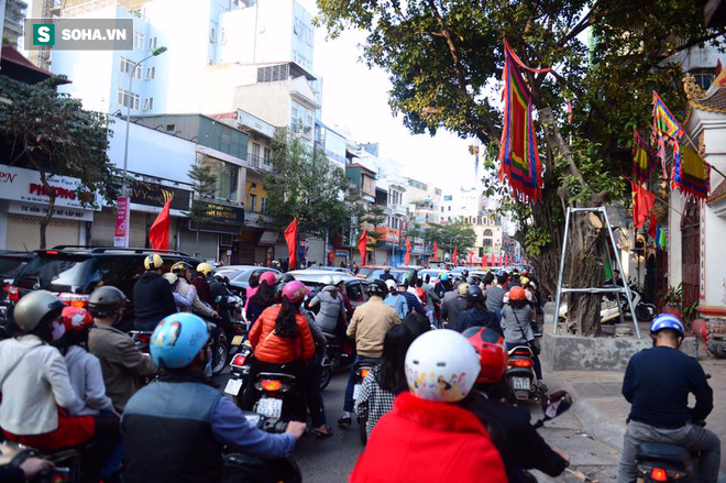 Nhiều tuyến đường Thủ đô đã đông nghẹt chiều mùng 1 Tết - Ảnh 11.
