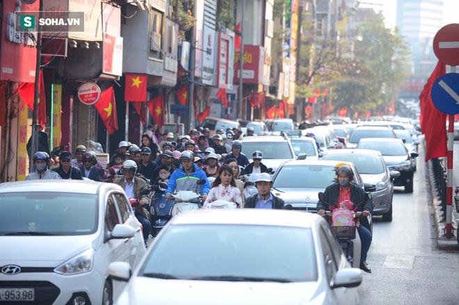 Nhiều tuyến đường Thủ đô đã đông nghẹt chiều mùng 1 Tết - Ảnh 10.