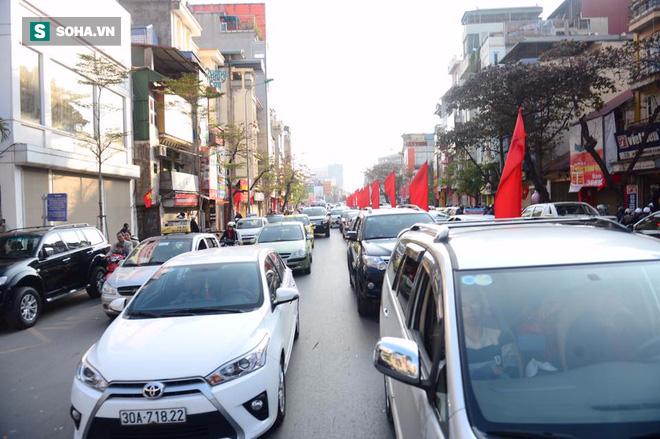 Nhiều tuyến đường Thủ đô đã đông nghẹt chiều mùng 1 Tết - Ảnh 8.