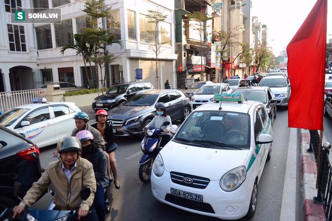 Nhiều tuyến đường Thủ đô đã đông nghẹt chiều mùng 1 Tết - Ảnh 6.