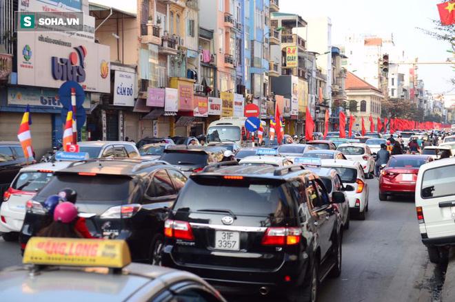 Nhiều tuyến đường Thủ đô đã đông nghẹt chiều mùng 1 Tết - Ảnh 5.