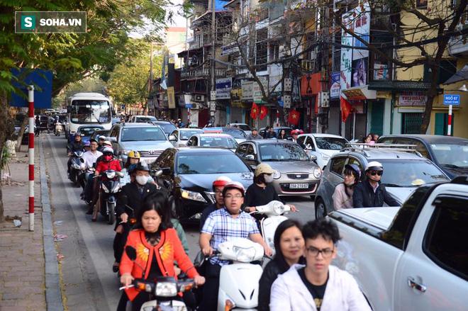Nhiều tuyến đường Thủ đô đã đông nghẹt chiều mùng 1 Tết - Ảnh 4.