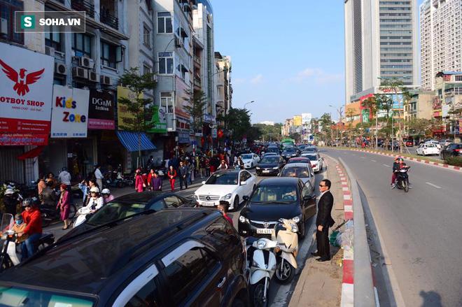 Nhiều tuyến đường Thủ đô đã đông nghẹt chiều mùng 1 Tết - Ảnh 1.