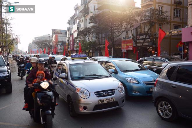 Nhiều tuyến đường Thủ đô đã đông nghẹt chiều mùng 1 Tết - Ảnh 3.