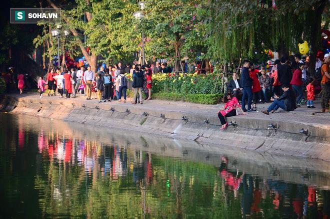 Biển người đổ về Hồ Gươm trong ngày đầu tiên của năm mới - Ảnh 8.