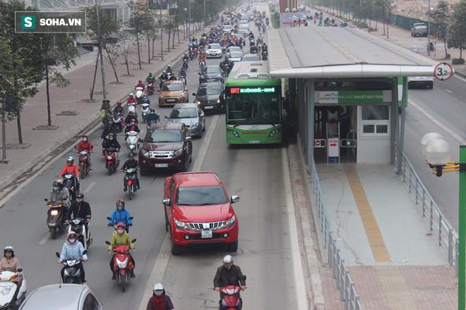 Xe máy tạt đầu, ô tô biển xanh bám đuôi buýt nhanh ngày đầu sau kỳ nghỉ Tết - Ảnh 5.