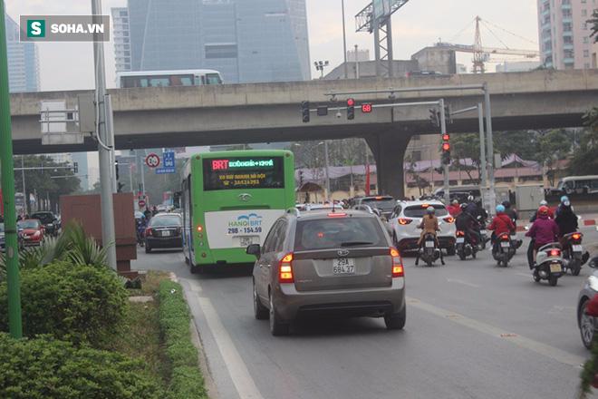 Xe máy tạt đầu, ô tô biển xanh bám đuôi buýt nhanh ngày đầu sau kỳ nghỉ Tết - Ảnh 7.