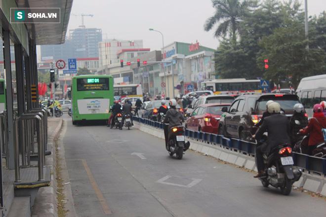 Xe máy tạt đầu, ô tô biển xanh bám đuôi buýt nhanh ngày đầu sau kỳ nghỉ Tết - Ảnh 8.
