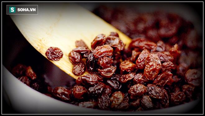 8-10 quả nho khô ngâm nước qua đêm: Công dụng đếm đủ 10 đầu ngón tay - Ảnh 1.