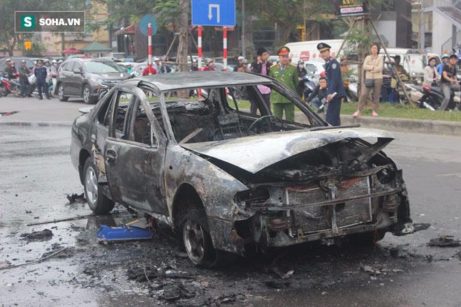 Hà Nội: Ô tô cháy rụi trên đường di chuyển trong giờ cao điểm buổi sáng - Ảnh 3.