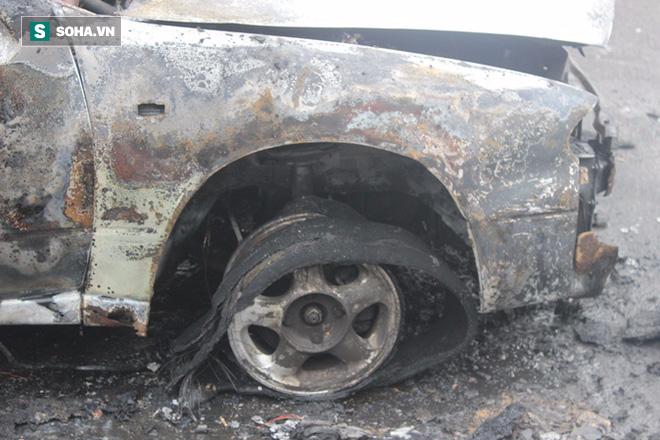 Hà Nội: Ô tô cháy rụi trên đường di chuyển trong giờ cao điểm buổi sáng - Ảnh 2.