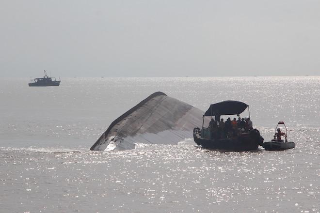 Phát hiện thi thể thuyền viên mắc kẹt trong tàu chìm dưới biển - Ảnh 1.