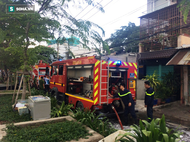 TP HCM: Huy động 10 xe chuyên dụng dập lửa vụ cháy nhà trong khu dân cư - Ảnh 1.