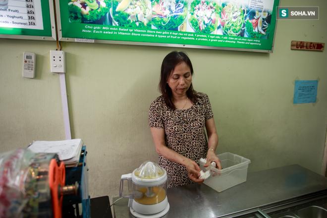 Vợ cố nghệ sĩ Hán Văn Tình bán nước ép trang trải cuộc sống - Ảnh 15.