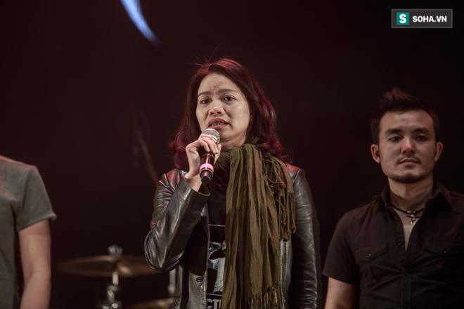 Vợ Trần Lập khóc khi quá nhiều kỷ vật của chồng xuất hiện trên sân khấu - Ảnh 10.