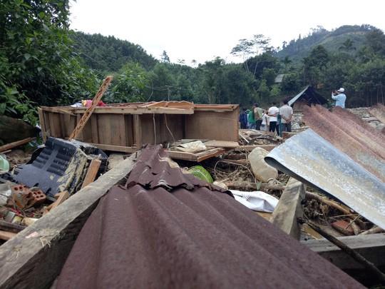 Chính quyền cưỡng chế di dời khẩn, dân vừa ra khỏi nhà 5 phút thì 10 ngôi nhà bị xóa sổ - Ảnh 2.