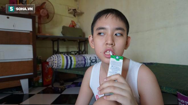 Người mẹ nuôi đứa con 11 năm không ngủ, chỉ uống sữa ở Sài Gòn - Ảnh 2.