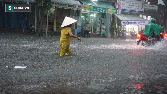 Cơn mưa lớn lại khiến đường phố Sài Gòn biến thành sông - Ảnh 5.