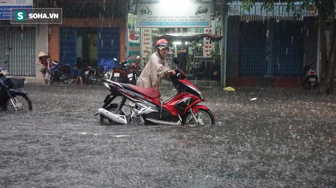 Cơn mưa lớn lại khiến đường phố Sài Gòn biến thành sông - Ảnh 2.