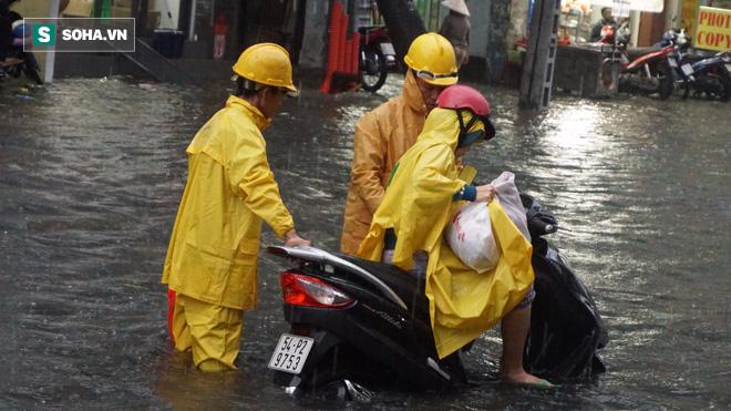 Cơn mưa lớn lại khiến đường phố Sài Gòn biến thành sông - Ảnh 3.