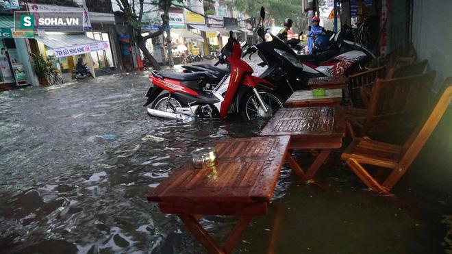 Cơn mưa lớn lại khiến đường phố Sài Gòn biến thành sông - Ảnh 6.
