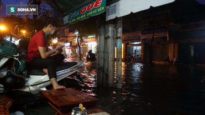 Cơn mưa lớn lại khiến đường phố Sài Gòn biến thành sông - Ảnh 7.