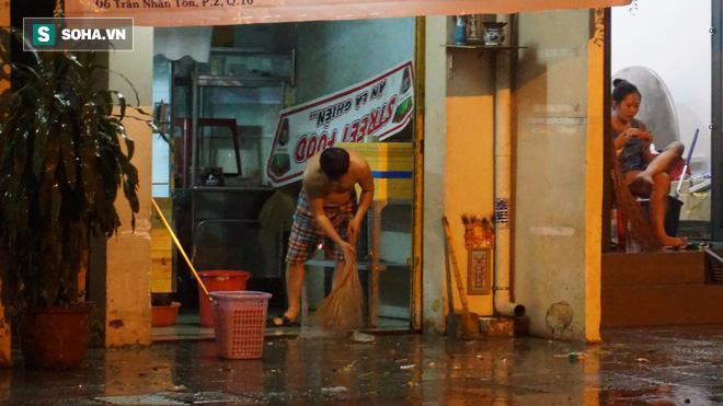 Cơn mưa lớn lại khiến đường phố Sài Gòn biến thành sông - Ảnh 9.