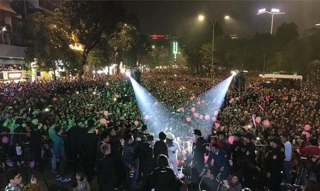 [Video] Hàng ngàn người chen chúc xem Mỹ Tâm bắn nốt cao nhất, nhảy say xỉn ở phố đi bộ - Ảnh 1.