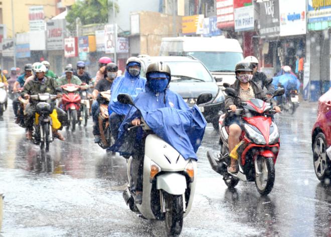 TP HCM: Cơn mưa vàng giải nhiệt cho người dân sau chuỗi ngày oi bức - Ảnh 1.