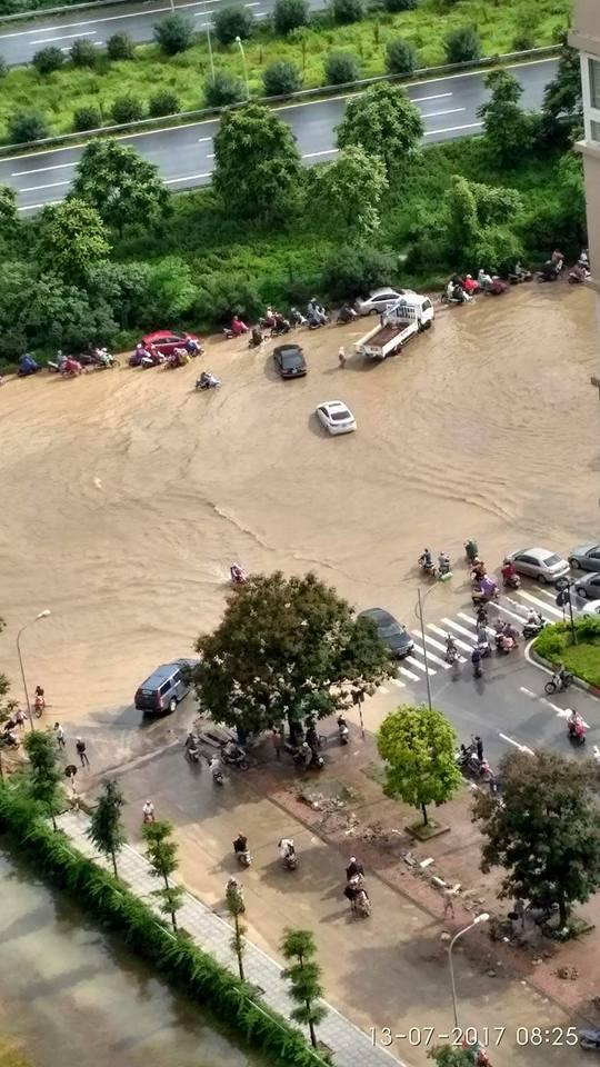 [Ảnh] Đại lộ Thăng Long có chỗ ngập sâu tới 1 mét - Ảnh 2.