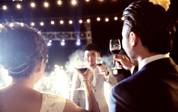 Đang yêu đậm sâu, cô gái bất ngờ nhận thiệp cưới của bạn trai và chị họ - Ảnh 1.