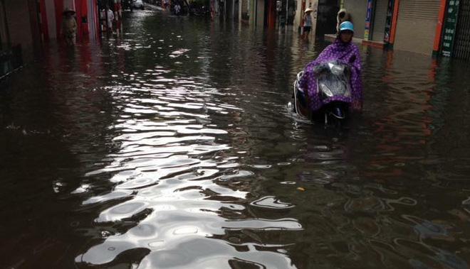 Hàng chục tàu cá chìm, đường sắt tê liệt, phố phường Hà Nội ngập sâu trong bão số 2 - Ảnh 3.